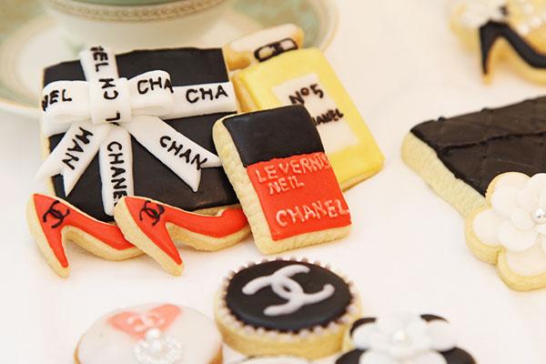 アイシングクッキー プレゼントと赤いハイヒール(シャネル)